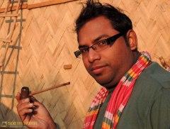 কটেজ মালিক মে দাও'র পাইপটা নিয়ে নাকিব ম্রং-এর সে কী পোয! (ছবি: লেখক)
