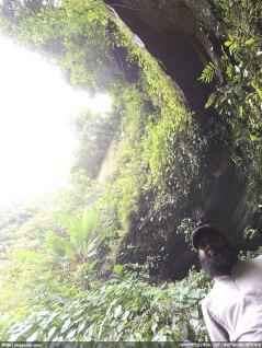 ছোট বোয়ালিয়ার সামনেই পাহাড়ের গ্যালারি যেন - আবুবকরকে দেখা যাচ্ছে (ছবি: নিশাচর)