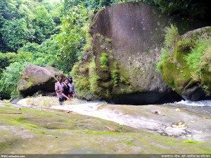 মালিখোলায় বিশাল পাথরের সামনে আমরা ত্রয়ী (ছবি: স্বয়ংক্রীয়)