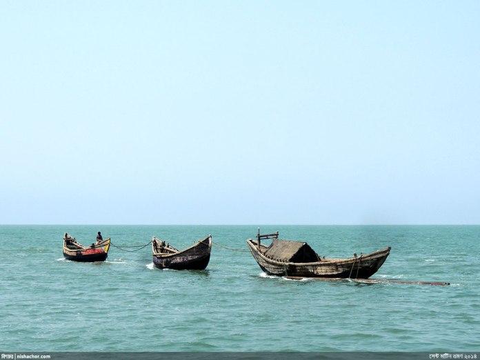 বঙ্গোপসাগরে ভাসমান মাছ ধরা নৌকা - এগুলো আকারে বেশ ছোট (ছবি: নিশাচর)