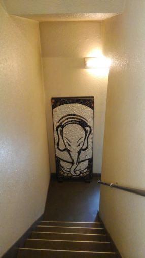 マルモザイコ階段踊り場に掲示される「白象図」