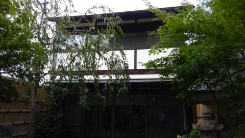 中庭を挟んだ教室棟
