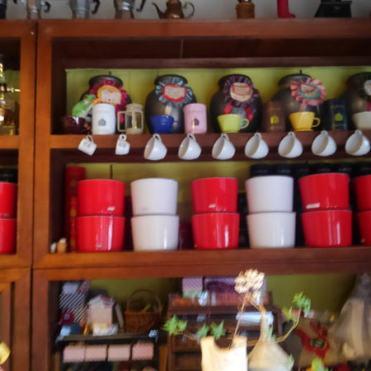 センスの良いコーヒーグッズと元のお茶屋の商品棚