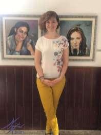 Sabrina Vega, campeona de España de Ajedrez posando con dos de mis obras