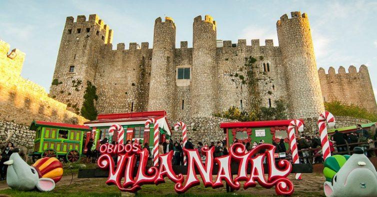 Letreiro Óbidos Vila Natal vermelho e branco, em frene ao Castelo da cidade