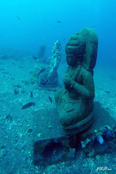 patung di dasar coral garden