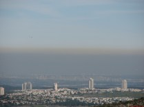 זיהום אוויר, בעיקר מכלי רכב פרטיים, עולה למדינה כסף רב. אוכלוסייה הנחשפת לזיהום לוקה בתחלואת יתר. הסיכוי לסרטן, להתקף לב ומחלות לב-ריאה אחרות ואסטמה גבוה משמעותית באלו הנחשפים לזיהום אוויר. לצערנו מקרי המוות המוקדם עקב תחלואה מזיהום אוויר מעורכים ב-766. שימוש במשאבי הגז הטבעי לצורכי מדינת ישראל יכול לפטור חלק משמעותי מבעיה זו.