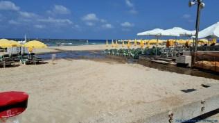 """התמונות הללו צולמו ב- 23.8.2016 בחוף הרחצה הצמוד ל- """"רויאל ביץ'"""" בתל-אביב-יפו. מבדיקות שנערכו התגלה שבנגר היה ריכוז גבוה של חיידקים המאפיינים ביוב אנושי. חשיפה לפתוגניים אלו עלולה לגרום לשלשולים וחום גבוה ביחוד אצל ילדים. מצער שחלק מחוויית הרחצה בחוף הים מלווה לעיטים בריחות קשים של ביוב וחשיפה אפשרית לחיידקים המסוכנים לבריאות האדם."""
