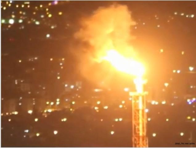 """הפעלה חריגה של לפיד בבתי הזיקוק לנפט, בז""""ן, הנמצאים במפרץ חיפה. הפליטות אותם יוצרים המפעלים לאוויר גורמות לזיהום אוויר המעלה משמעותית את התחלואה במחלות לב ריאה וסרטן."""