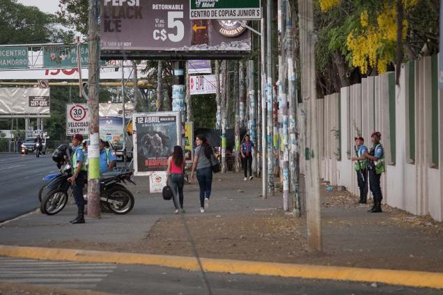 """Al lugar llegó el comisionado Fernando Borge, quien afirmó que el despliegue policial de ese día era para """"ver"""" las paradas de buses. Sin embargo, varios oficiales de la Policía Nacional patrullaban la zona con armas. Foto: Carlos Herrera   Niú"""