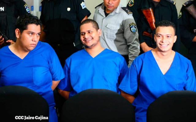 De izquierda a derecha: Hansell Vázques, Rodrigo Espinoza y Marlon Fonseca, miembros del movimiento 19 de Abril de la Upoli, condenados por la quema de la Radio YA. Foto tomada del 19 Digital | Niú