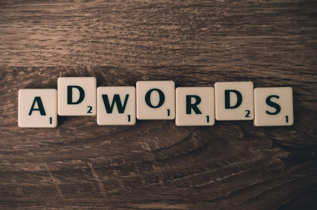 palabra adwords formada con letras scrabble ilustrando artículo acerca de ventajas de usar adwords