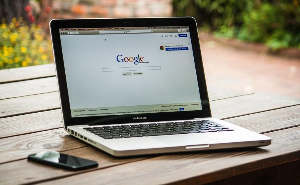 página principal de google en una macbook pro, ilustrando post sobre adwords