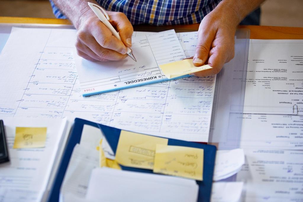 persona elaborando plan estratégico en papel, un social media manager hace planeación estratégica para redes sociales