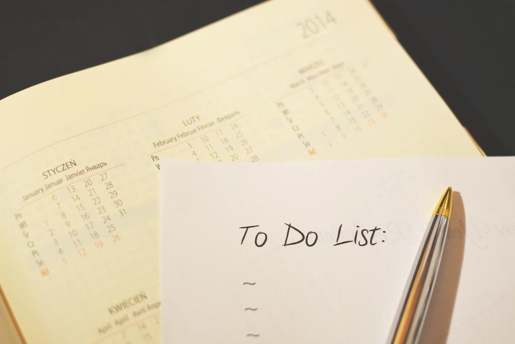 calendario y lista de pendientes con bolígrafo, las estrategias de content marketing requieren constancia