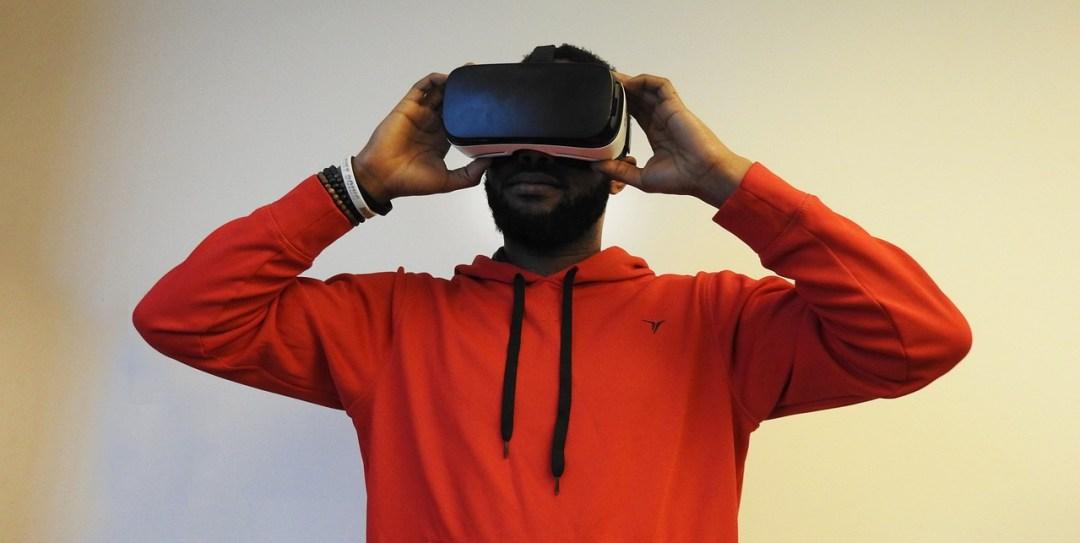 hombre usando visor de realidad virtual, la realidad virtual será muy importante para el marketing en redes sociales en 2017