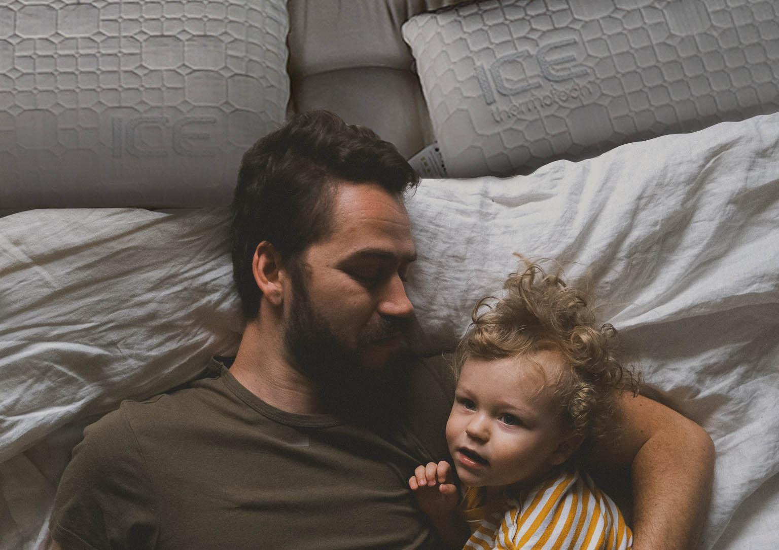Padre e hijo en la cama con la almohadas NIX Moon+