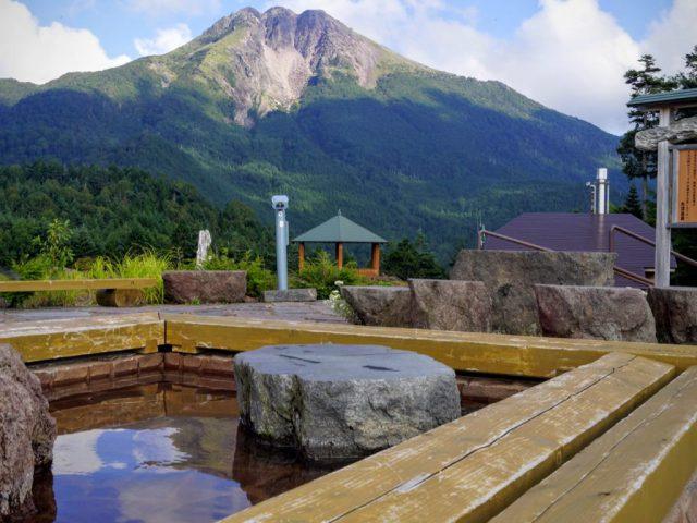 足湯から日光白根山を望む