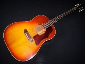 1969 Gibson J-35 (photo theofficialmartinguitarforum.yuk)