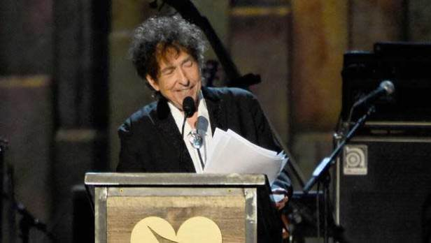 Bob Dylan delivers a rambling speech at Musicares 2015 (CBS photo)