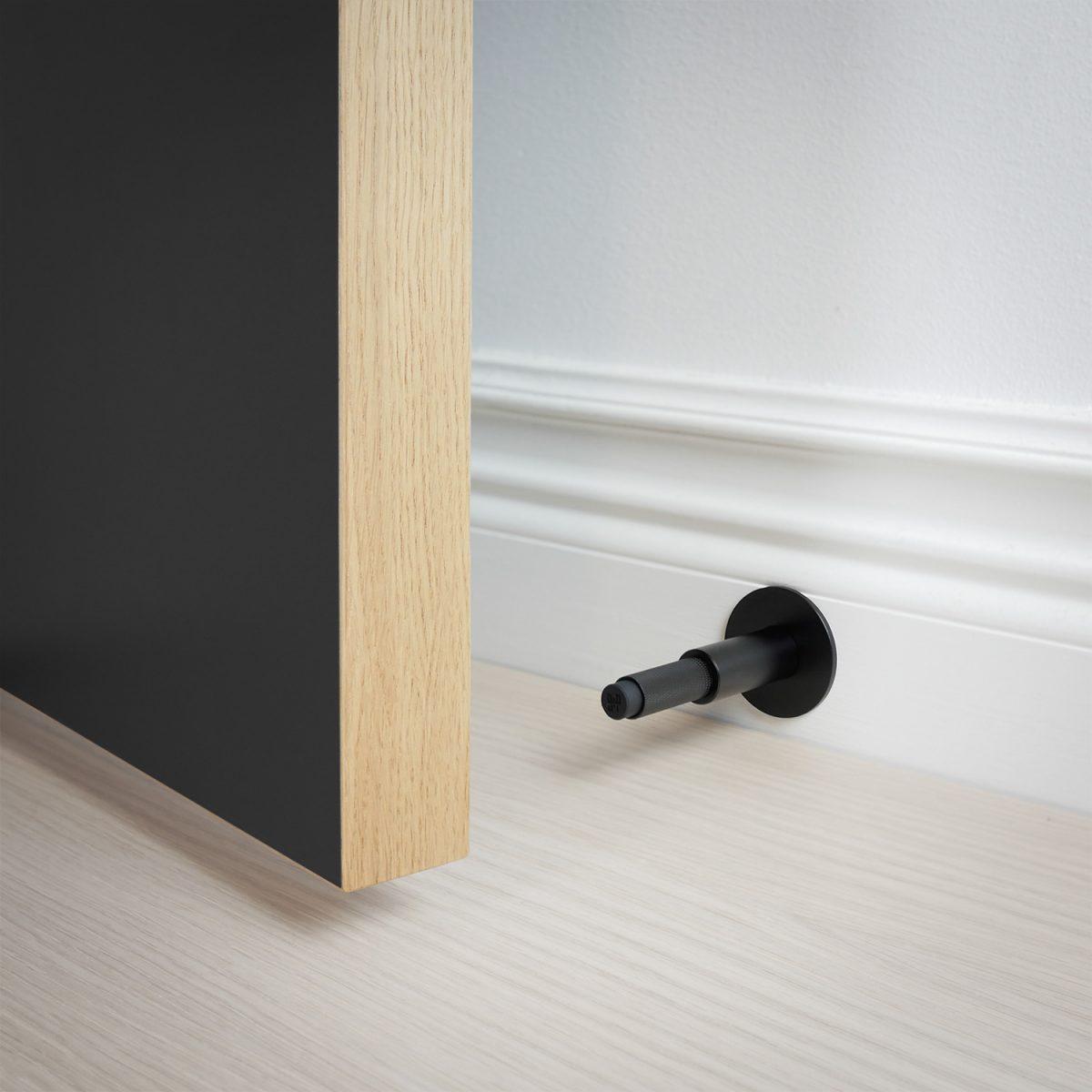 dörrstopp-vägg-dörr-svart-buster-punch-njord
