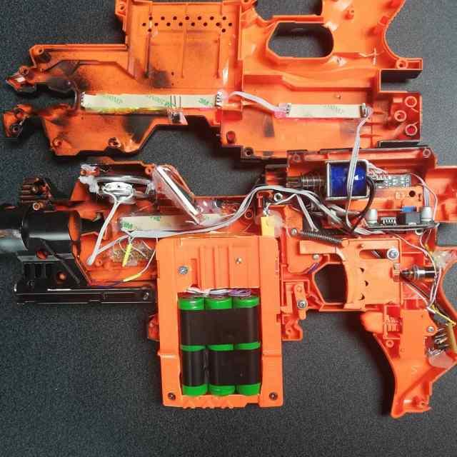 geöffnetes gewehr mit elektronik