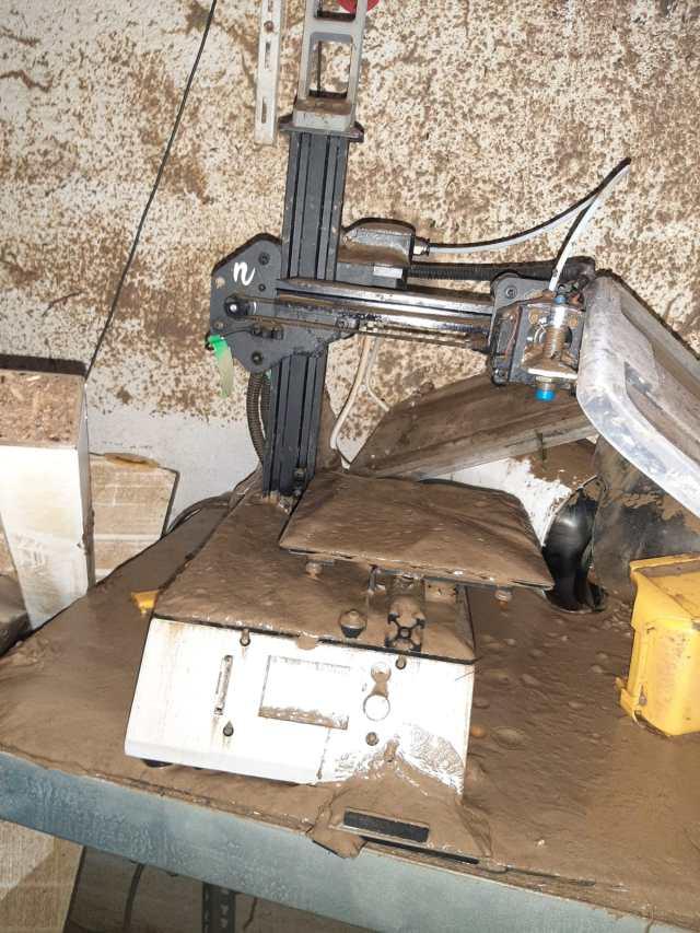 Der 3D-Drucker wurde von einer Schicht verseuchtem Schlamm überzogen. Die Schrittmotoren sind verrostet und die Steuerplatine beschädigt.