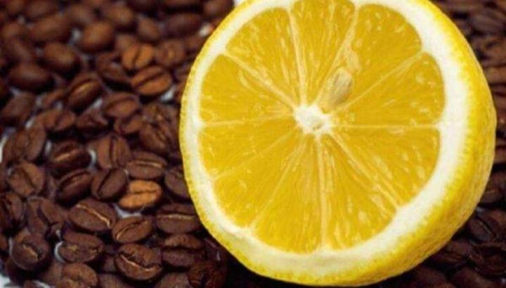Pse shumë njerëz e pinë kafen me limon, ja efekti