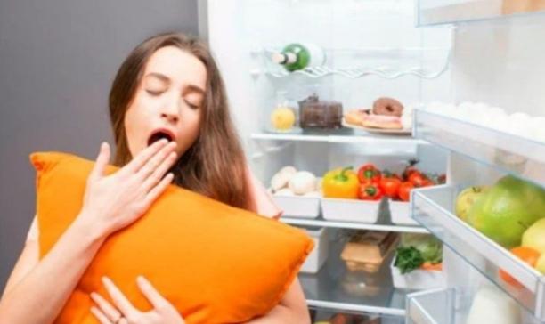 Këto ushqime mund t'ju shkaktojnë dëme nëse i hani para gjumit