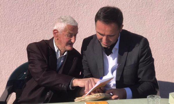 Glauk Konjufca befason mësuesin e parë në ditën e tij
