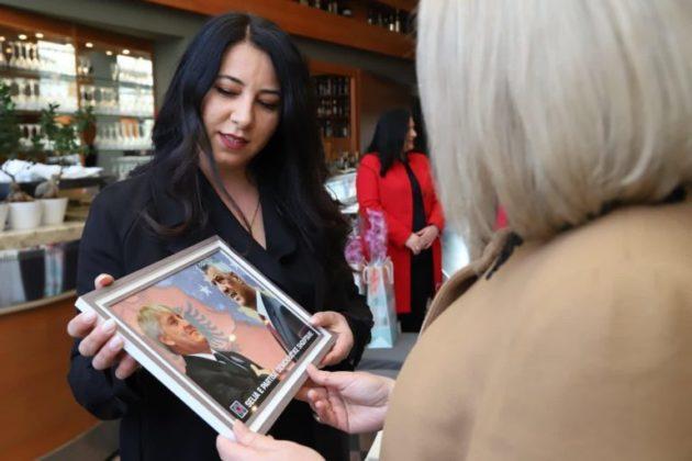 Gruaja e Thaçit surprizohet me fotografinë e bashkëshortit për 8 Mars