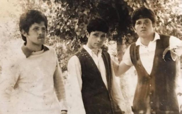 Fotografi e rrallë e Adem Jasharit me shokët në shkollë