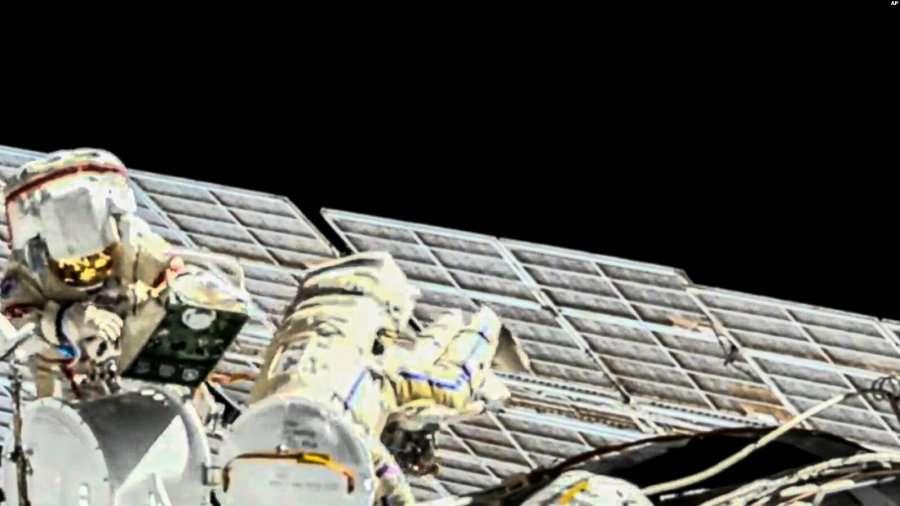 Astronautët riparojnë panelet diellore të Stacionit Ndërkombëtar