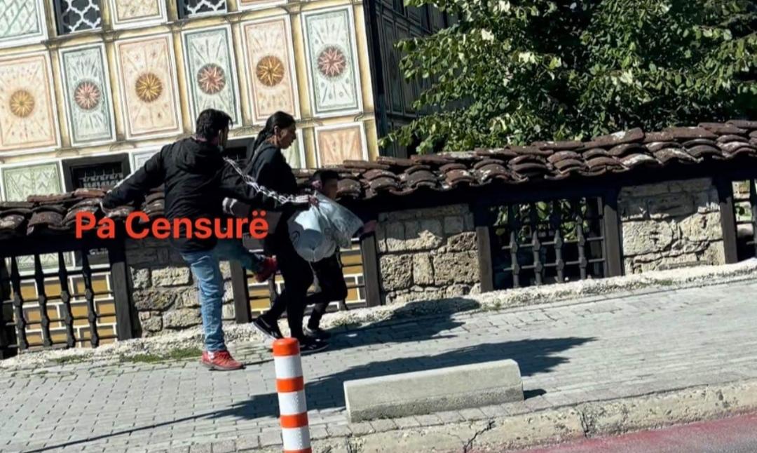 Në mes të rrugës prindi dhu*non fëmijën në Tetovë!