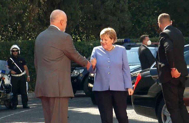 Merkel ia bën Ramës 8:2, nuk ia jep dorën (Video)