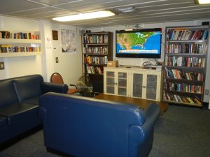 Lounge with the TV and library on the Thomas Jefferson