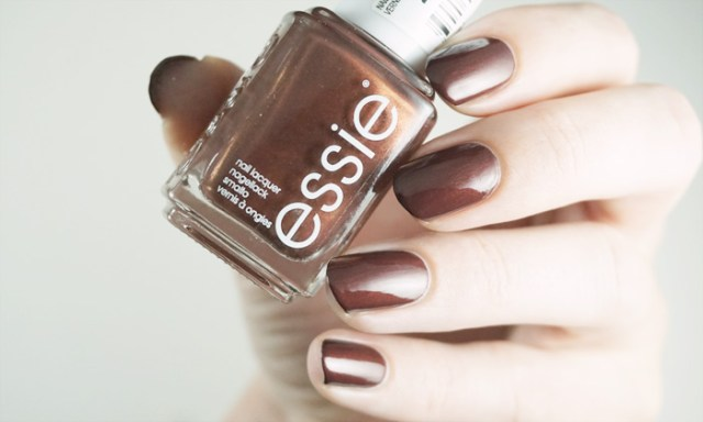 swatch of essie ready to boa