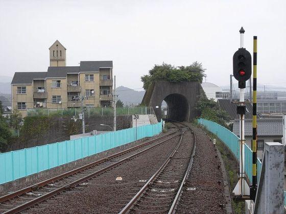 トマソンの例1 なんのためのトンネル??