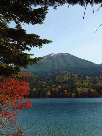 紅葉のオンネトーと雌阿寒岳 2001年