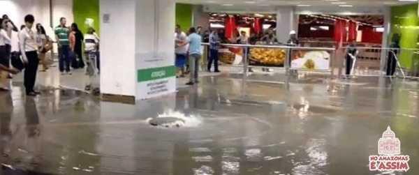 Um dos únicos aeroportos com as obras concluídas para o Mundial, o terminal da capital do País enfrentou estragos causados pela chuva de ontem (3). A água inundou a área de desembarque doméstico e ala do check-in, segundo o jornal Correio Braziliense.