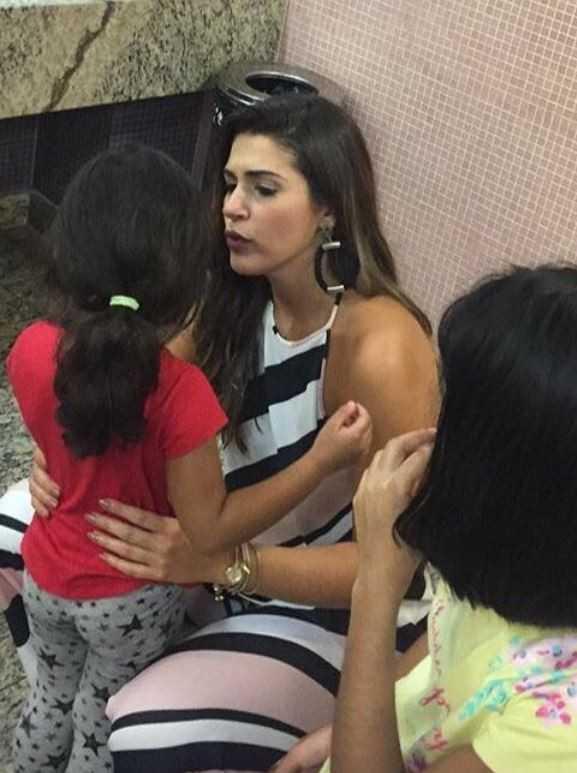 Mesmo cansada, Vivian recebeu os fãs no banheiro do aeroporto