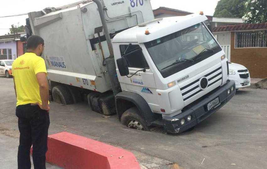 Asfalto cede e veículo afunda em rua de Viçosa / Divulgação