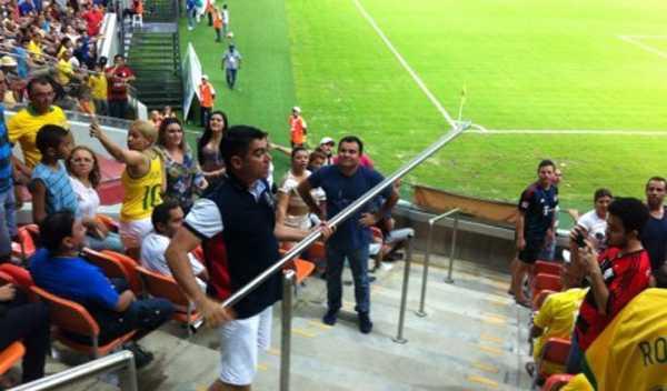 Um torcedor que estava no setor A das arquibancadas da Arena da Amazônia, arrancou duas barras de ferro que serviam como corrimão nas escadas de acesso às cadeiras Foto: Bruno Tadeu