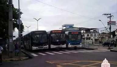 Ônibus ocupando as três faixas, parabéns prefeito.