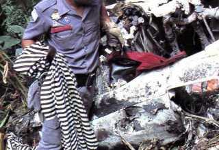 Bombeiro com roupa de um dos integrantes do Mamonas Assassinas
