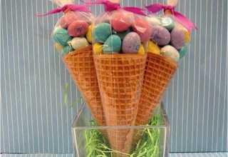 Essa opção é ideal para dar aos amiguinhos dos seus filhos. É só comprar casquinha de sorvete, M&Ms (ou qualquer chocolate pequeno) e fechar com papel celofane e fita.