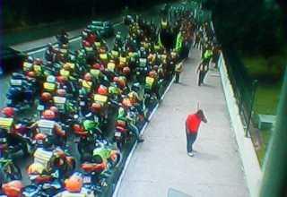 Mototaxistas fazem protesto em frente a sede do governo