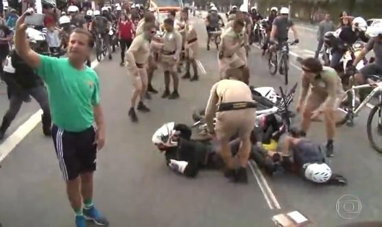 Policiais se envolvem em acidente durante Tour da Tocha e homem tira selfie