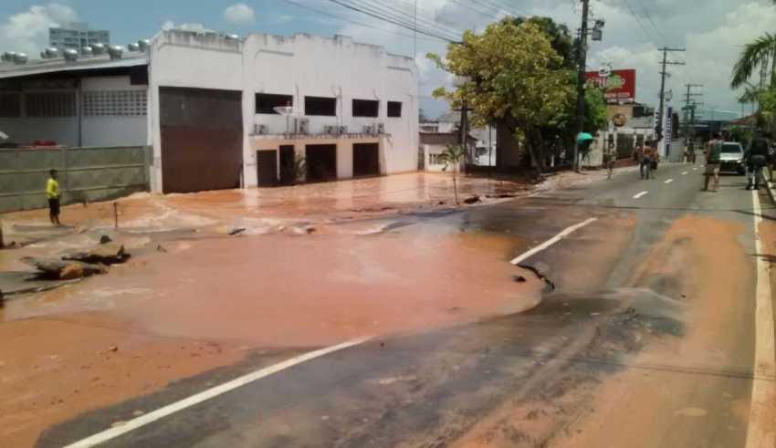Adutora rompe e casas são afetadas por enxurrada de lama