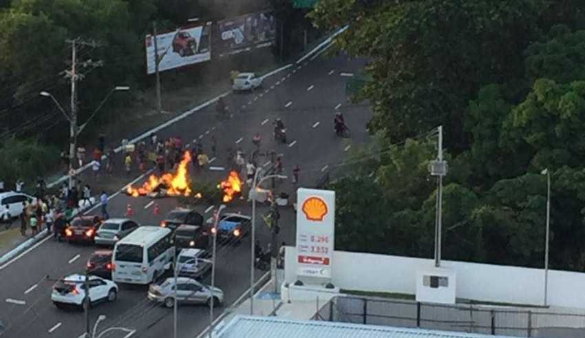 Manifestação interdita na Av Jornalista Umberto Calderaro Filho (Av Paraiba) em Manaus